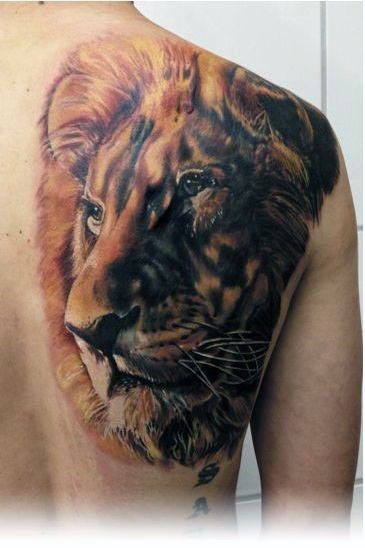 Male With Creativev Realistic Lion Shoulder Blade Tattoo