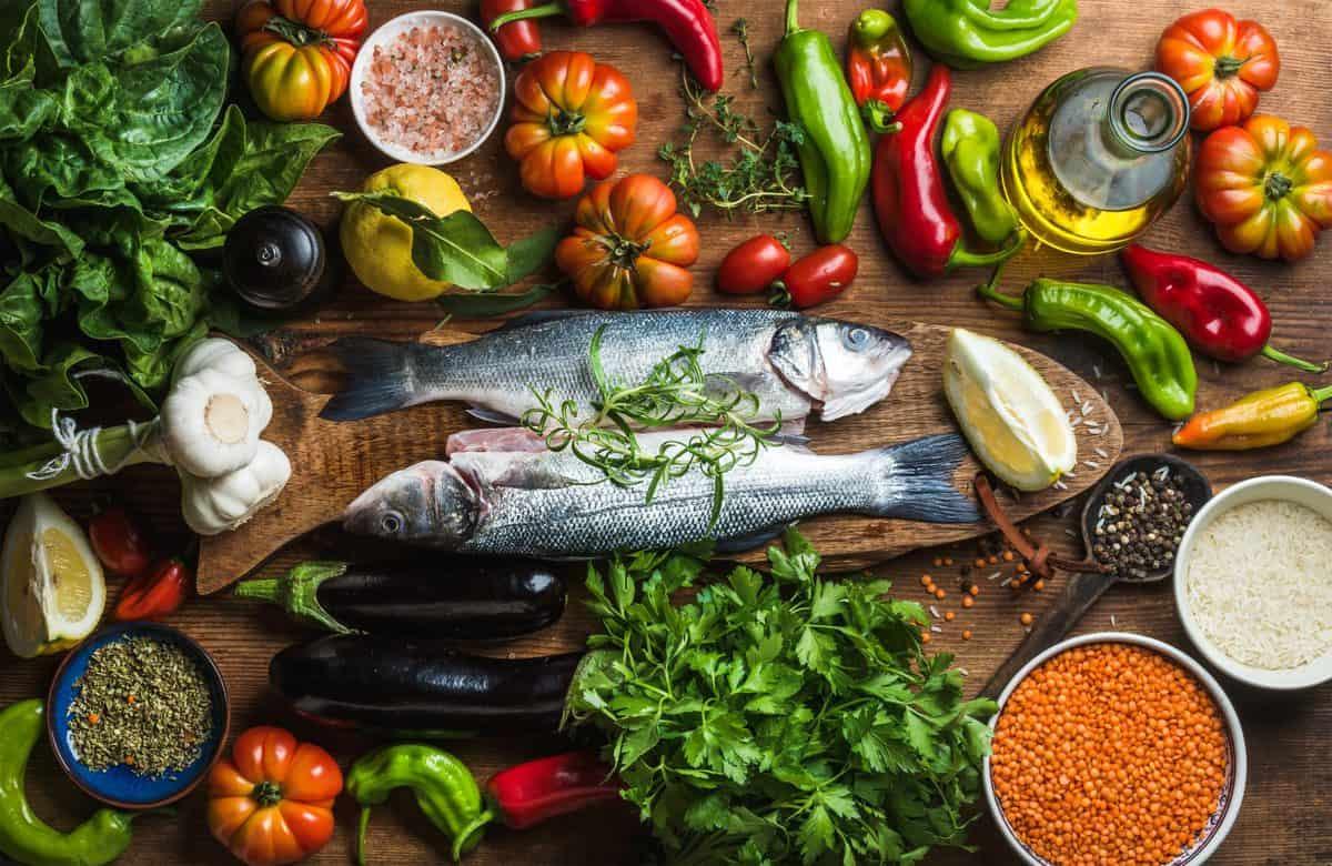 Roh, ungekocht, Wolfsbarsch, Fisch, mit, Gemüse, Körner, Kräuter, und Gewürze