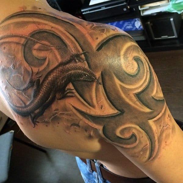 Mens Back Shoulder Lizard With Lovely Black Patterns Tattoo