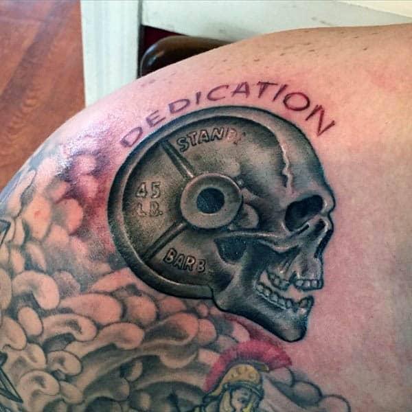 Tatuaje en el pecho, calavera con pesas y pesas