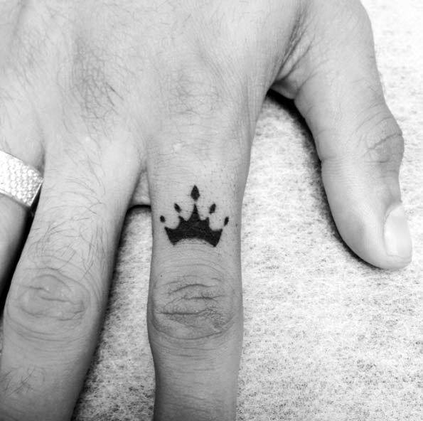 Mens Finger Of Hand Crown Small Tattoo Ideas