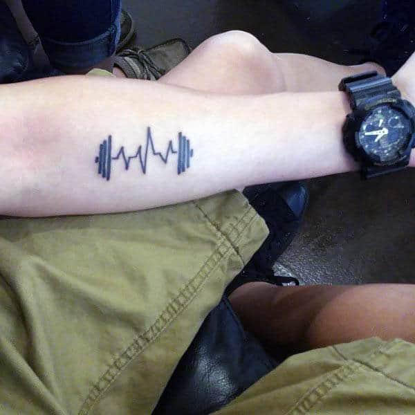 Barra de sentadillas para hombre Fitness Heartbeat con pesas en un tatuaje en el antebrazo
