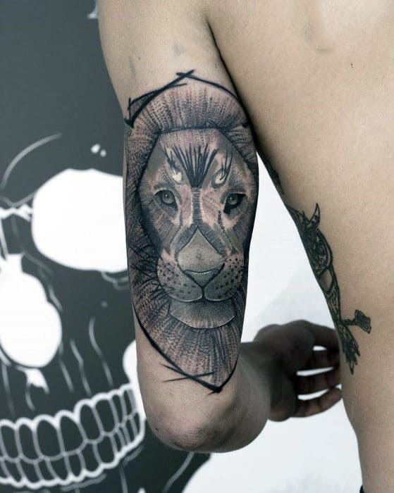 Mens Triceps Serious Lion Tattoo
