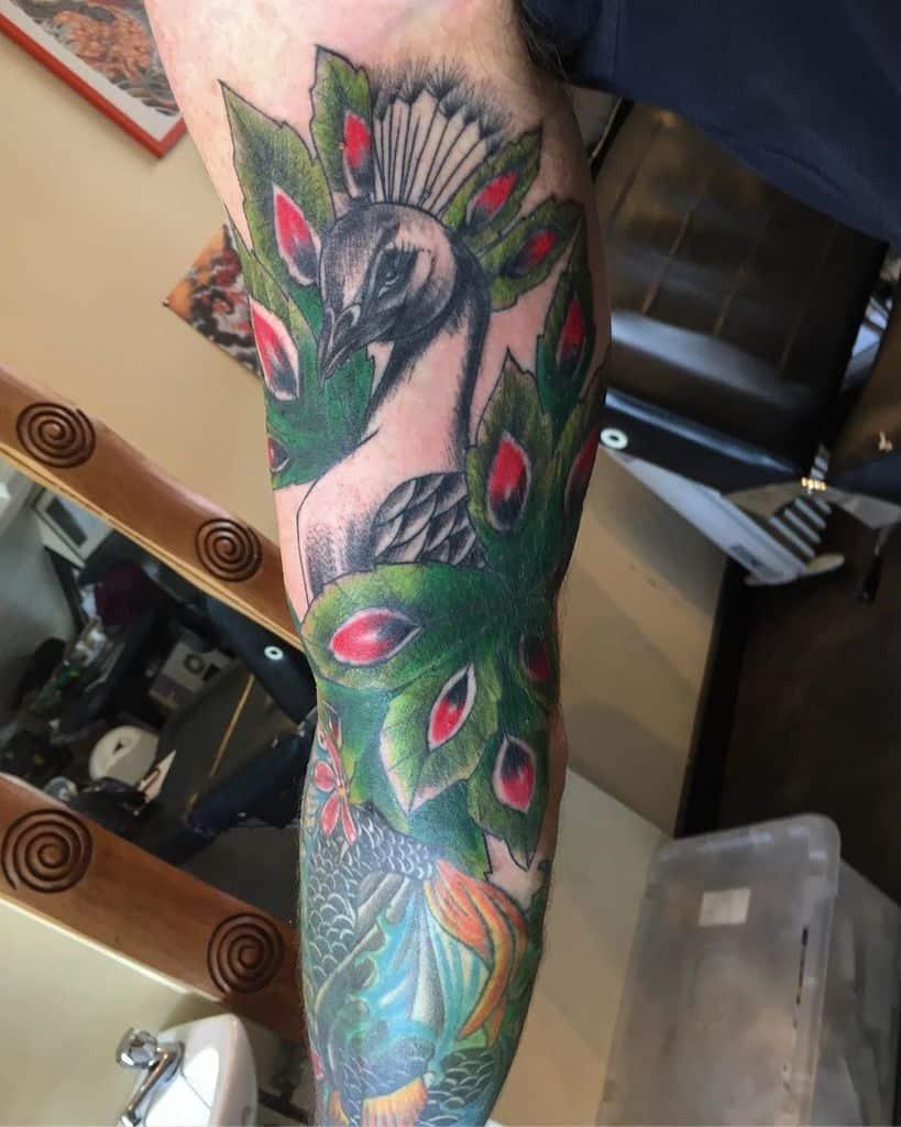 Beau tatouage de paon coloré