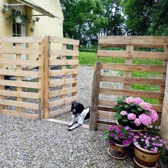 Rustic Salvaged Wood Pallet Dog Fence Ideas