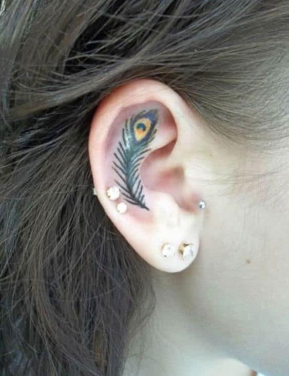 Petit tatouage de plume de paon d'oreille
