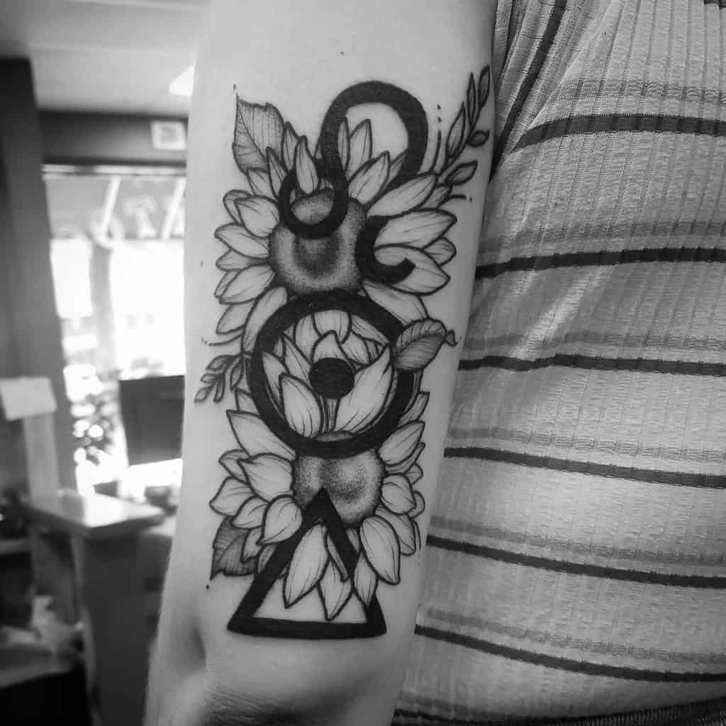sunflower-sun-fire-blackwork-leo-tattoo-hebenon_vial