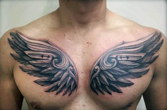 Tatuajes para hombres en la parte superior del pecho con mancuernas