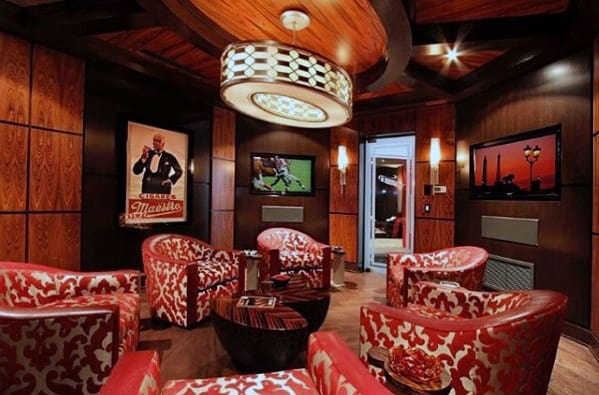 Holzwände mit roten Stühlen Coole Männerhöhlen-Ideen